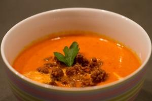 Paprikacremesuppe mit Hackfleischflöckchen